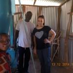 Emine besichtigt die Getreidemühle in Nyakwaka