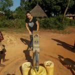 Emine probiert den Brunnen im Dorf aus - er funktioniert noch immer