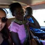 Emine und Linet im Matatu auf dem Weg nach Busia