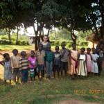 neugierige Kinder am Tag der Ankunft im Dorf